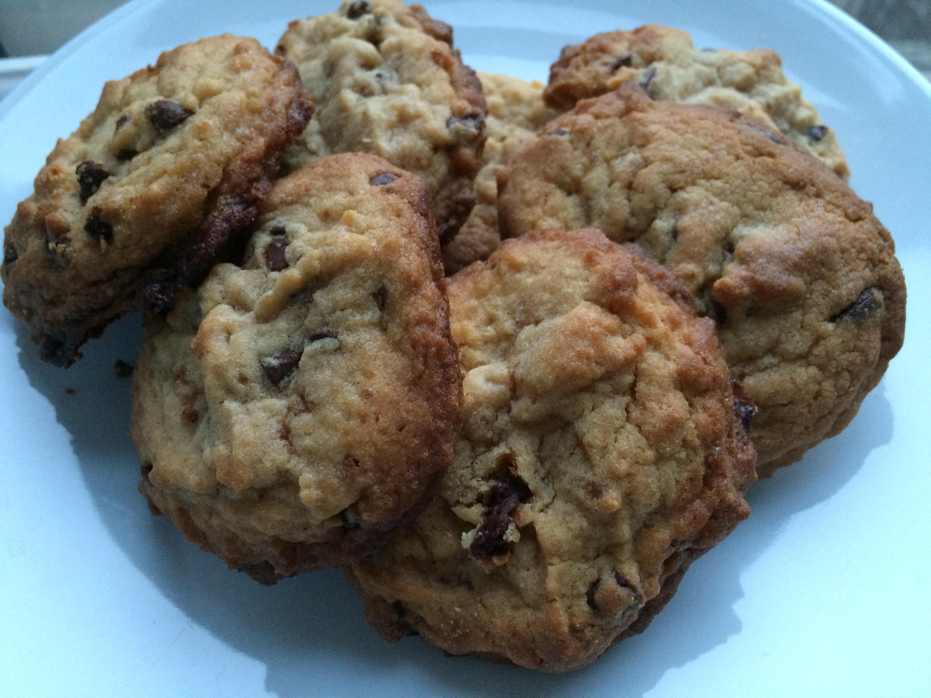 Assiette de cookies américains fait maison avec pépites de chocolat.