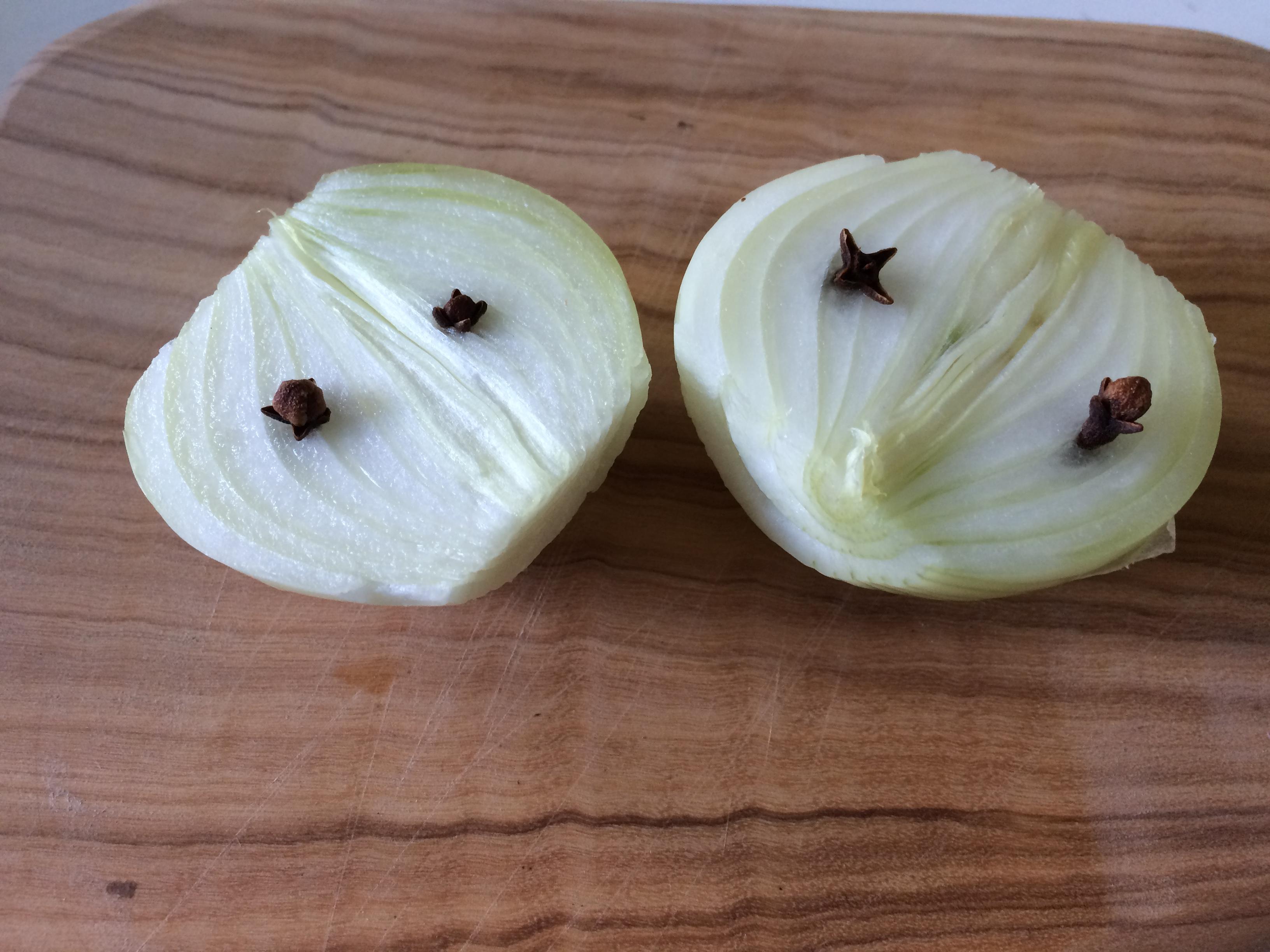 Oignons piqués de clous de girofle - Feijoada à portuguesa - latabledejacinta.com