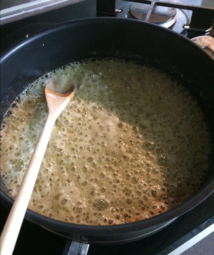 Préparation du caramel de la tarte Tatin