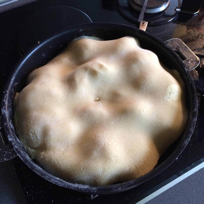 Dépose de la pâte sablée sur les pommes